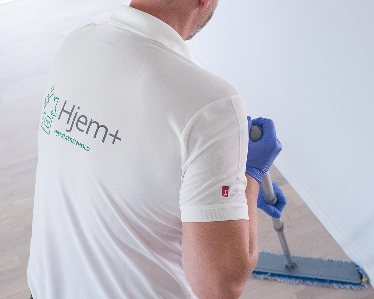 renholder vasker gulv