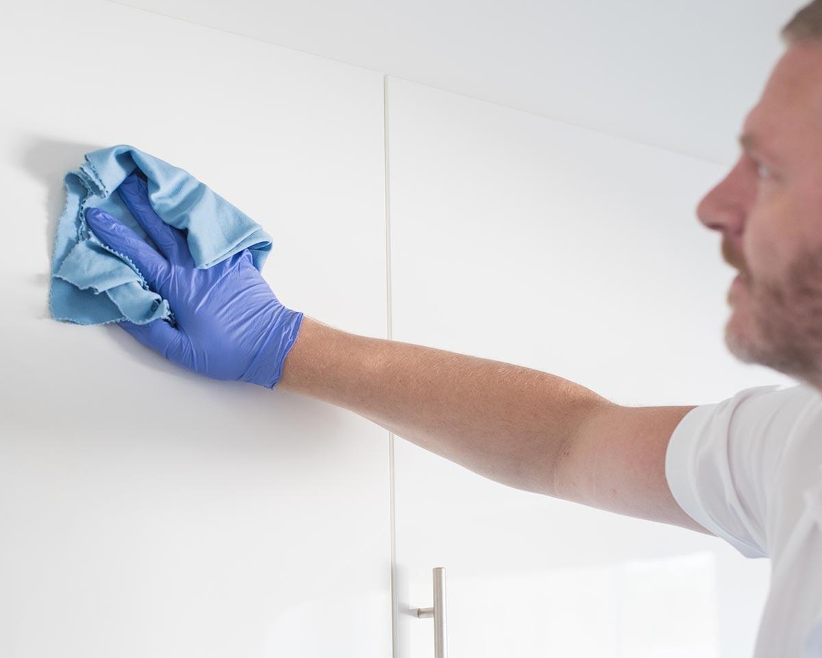 renholder vasker skapfronter